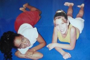 Aretha Oliveira e Mariane Oliva, a chiquitita Marian, em 1999 (Foto: Reprodução/Facebook)