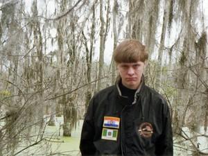 Foto do suspeito Dylann Roof em rede social mostra o jovem de 21 anos com uma jaqueta com bandeiras bordadas à esquerda: a bandeira da África do Sul na época do apartheid (topo) e a da Rodésia, antigo estado não reconhecido que imitou o apartheid (Foto: Reprodução/Facebook/Dylann Roof)