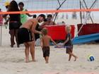 Fernanda Lima e Rodrigo Hilbert brincam com os filhos na praia