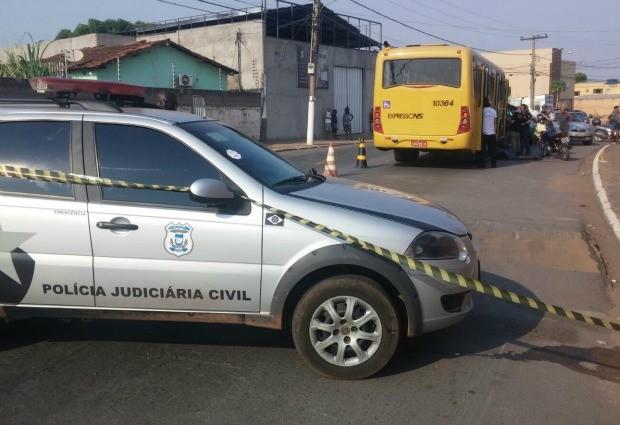 Motociclista morreu após tentar ultrapassar um ônibus em avenida no Tijucal. (Foto: Divulgação/Polícia Judiciária Civil)