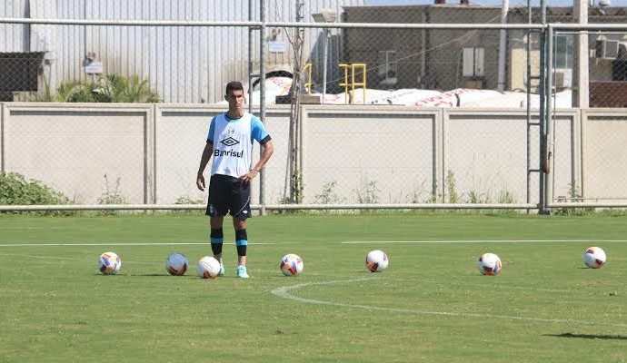 Volante Araújo, agora em condições de jogo, deve atuar na quarta (Foto: Eduardo Moura/GloboEsporte.com)