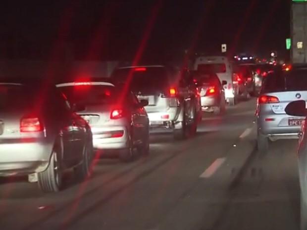 Trânsito congestionado na Cônego Domênico Rangoni facilita ação de assaltantes (Foto: Reprodução/Tv Tribuna)