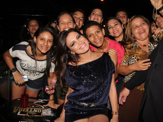 Ex-BBBs Kamilla tira foto com fãs em Belém (Foto: Wesley Costa/ Ag. News)
