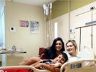 No hospital, Andressa Urach posta foto ao lado do filho e melhor amiga