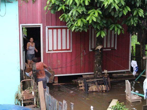 Moradores retiram móveis de casas atingidas pela água no Bairro Mocambo (Foto: Ivanete Damasceno/G1)
