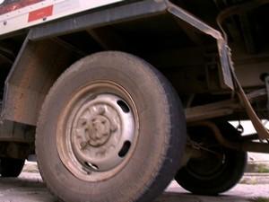 Menino foi atropelado pela roda traseira (Foto: Reprodução/ TV Gazeta)