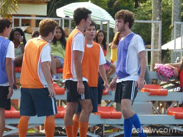 Ben e Sidney se encaram durante treino  (Foto: Malhação / TV Globo)