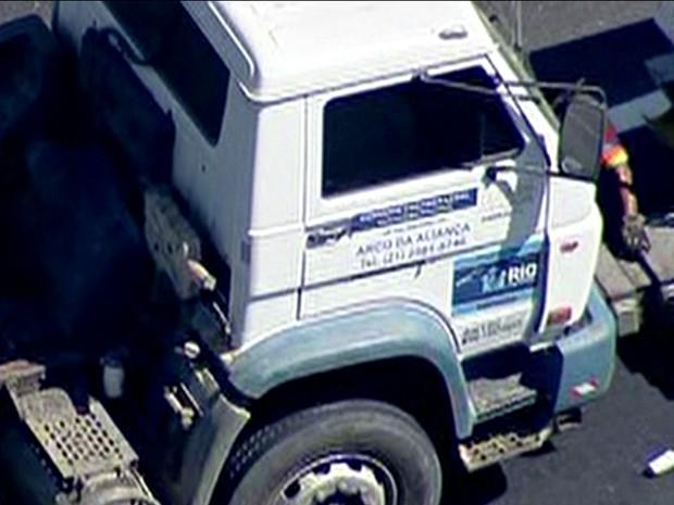Carreta acidentada tinha adesivo da Prefeitura do Rio (Foto: Reprodução/TV Globo)