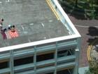 Dupla é expulsa por segurança ao tomar banho de sol em telhado