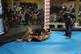 Em menos de 30 segundos, lutador se livra de chute e aplica guilhotina; vídeo
