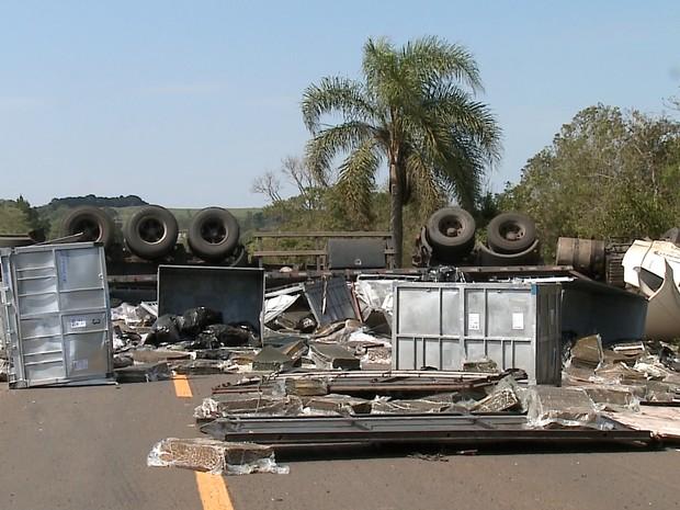 Caminhão ficou atravessado sobre a pista e bloqueou trânsito na BR-153 (Foto: Reprodução/RBS TV)