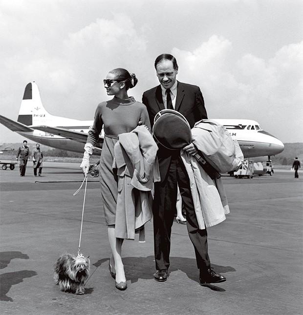 NA PISTA A atriz Audrey Hepburn  com o marido,  Mel Ferrer,  e o cachorro, Mr. Famous. Naquele tempo, viajar de avião era para poucos (Foto: Keystone/Corbis)
