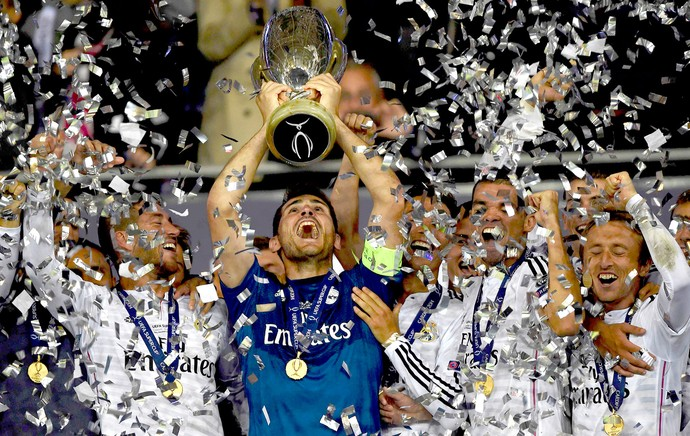 Casillas com a taça do Real Madrid jogo Sevilla (Foto: Reuters)