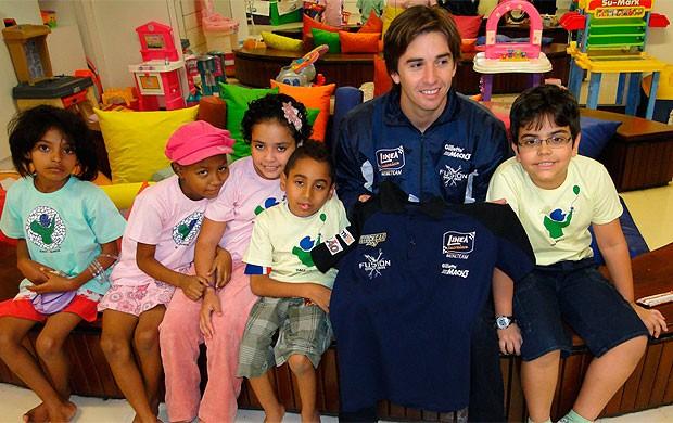popó bueno visita crianças do gacc bahia (Foto: Juliana Marques/MS2)