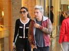 Com look sério e comportado, Mariana Rios passeia com Di Ferrero