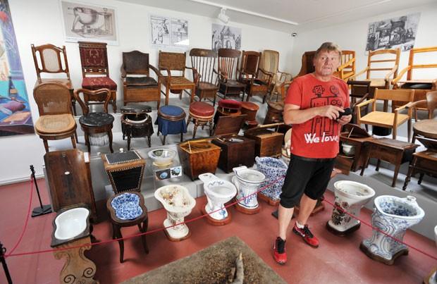 Museu de Praga exibe vasos sanitários, penicos e outros objetos utilizados para as necessidades naturais (Foto: Rene Volfik/AFP)