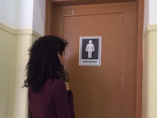 Thifany tem o direito também de usar o banheiro das meninas.  (Foto: Nicole Melhado / G1)