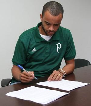 Washington assina com o Palmeiras (Foto: Cesar Greco/Ag Palmeiras/Divulgação)