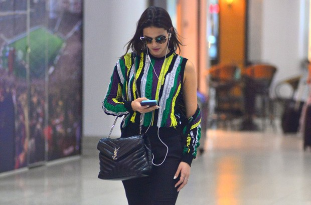 Bruna Marquezine no aeroporto (Foto: William Oda /AgNews)