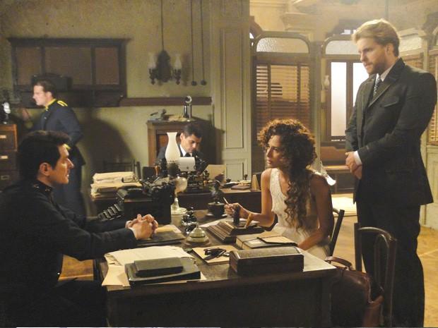 Isabel denuncia Constância com ajuda de Edgar (Foto: Lado a Lado/TV Globo)
