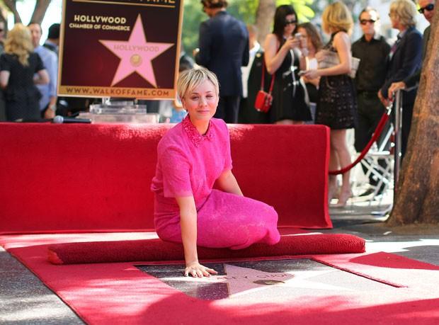 Kaley Cuoco ganha estrela na Calçada da Fama (Foto: AFP)