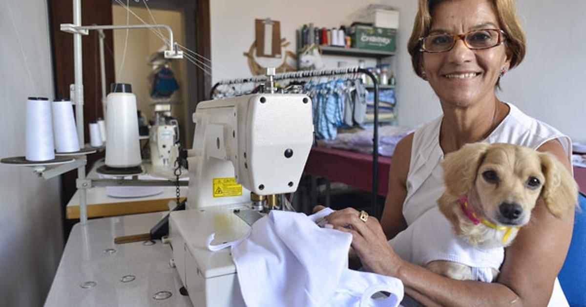 29d450b334 PME - Costureira de MG fabrica roupas pós- cirúrgicas para cães e visa  exportação