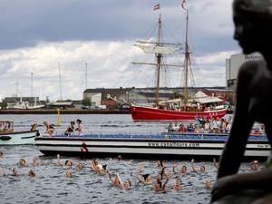Nadadoras se apresentam em espetáculo do aniversário de 100 anos da estátua da pequena sereia, em Copenhague (Foto: AP/Finn Frandsen, Polfoto)