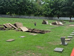 Restos mortais são transferidos ao ossário para abrir vagas para novos sepultamentos (Foto: Aline Nascimento/G1)