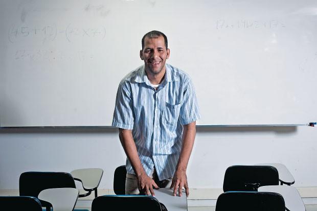 RECOMEÇO COM ATRASO Paulo Eduardo de Oliveira  na ONG onde trabalha.  Ele voltou a estudar no Rio. Adolescente, foi reprovado duas vezes e abandonou a escola  (Foto: Guillermo Giansanti/ÉPOCA)