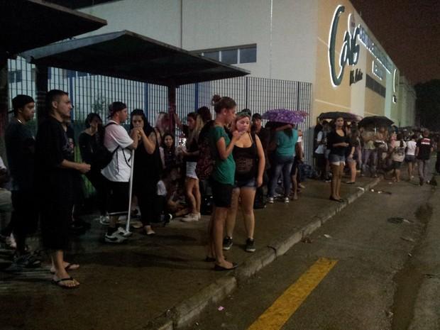 Fãs aguardam chegada do corpo do cantor Chorão em Santos (Foto: Ivair Vieira Jr/G1)