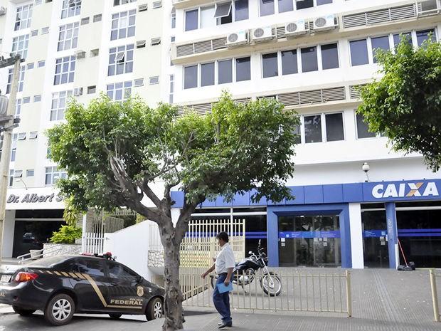 PF apreendeu documentos em agência bancária no Centro de Cuiabá (Foto: Pollyana Araújo/ G1)