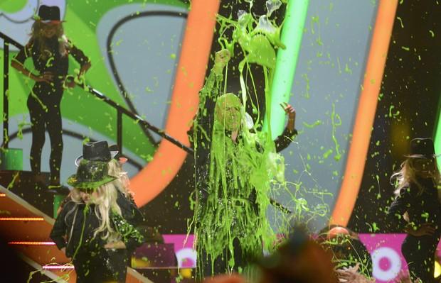 O rapper Pitbull tomando o tradicional banho de tinta verde (Foto: REUTERS/Phil McCarten)