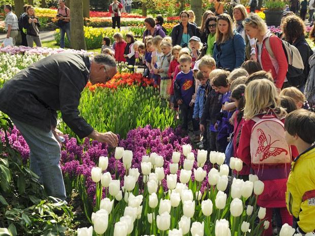 Crianças no Keukenhof, o parque das tulipas da Holanda (Foto: Divulgação/Keukenhof)