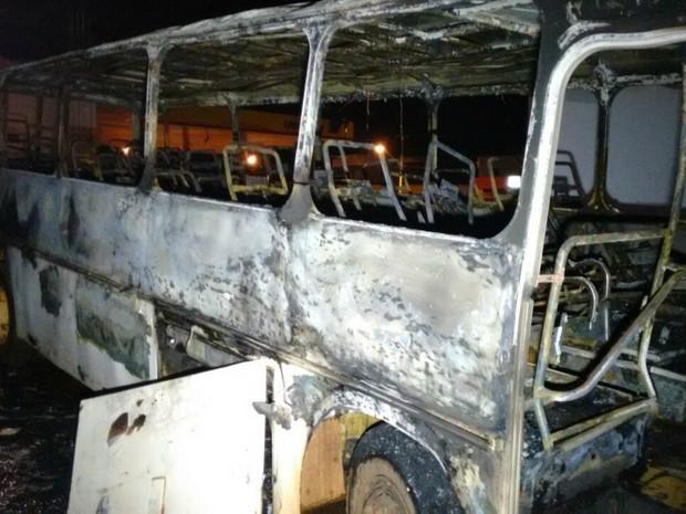 Ônibus ficou totalmente destruído por causa do incêndio (Foto: José Aparecido/ TV Morena)