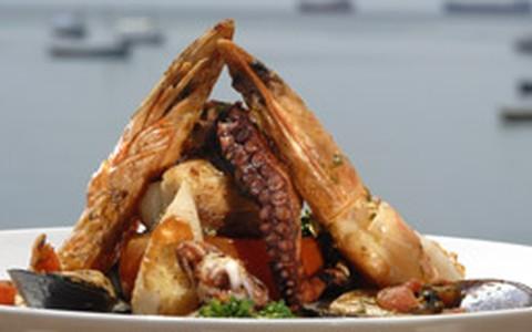 Grelhado de frutos do mar com azeite de ervas e legumes