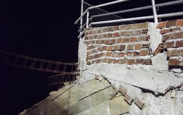 Estádio Barretão - Arquibancada por trás do gol tem ferros expostos (Foto: Jocaff Souza)