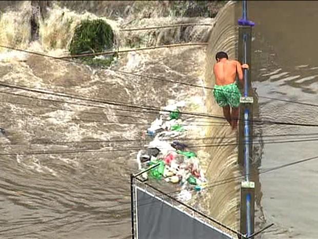 Morador da Penha se arrisca em enchente na Penha (Foto: Reprodução / TV Globo)