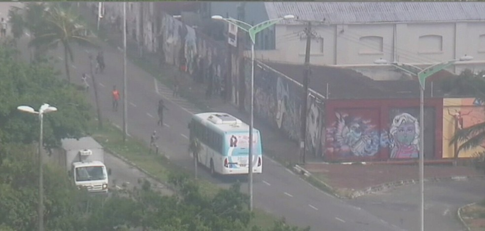 Manifestantes impedem ônibus de seguir nna Leste Oeste (Foto: TV Verdes Mares/Reprodução)