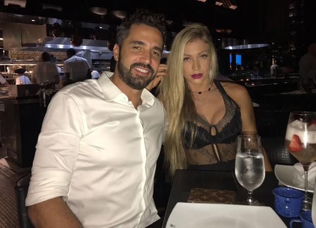 Latino e a namorada, Jéssica Rodrigues (Foto: MF Press Global)