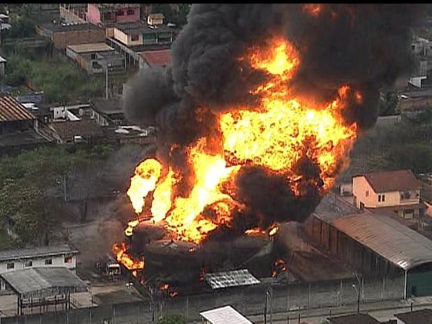 Incêndio atinge depósito na Rio-Teresópolis, altura de Duque de Caxias (Foto: Reprodução/ TV Globo)