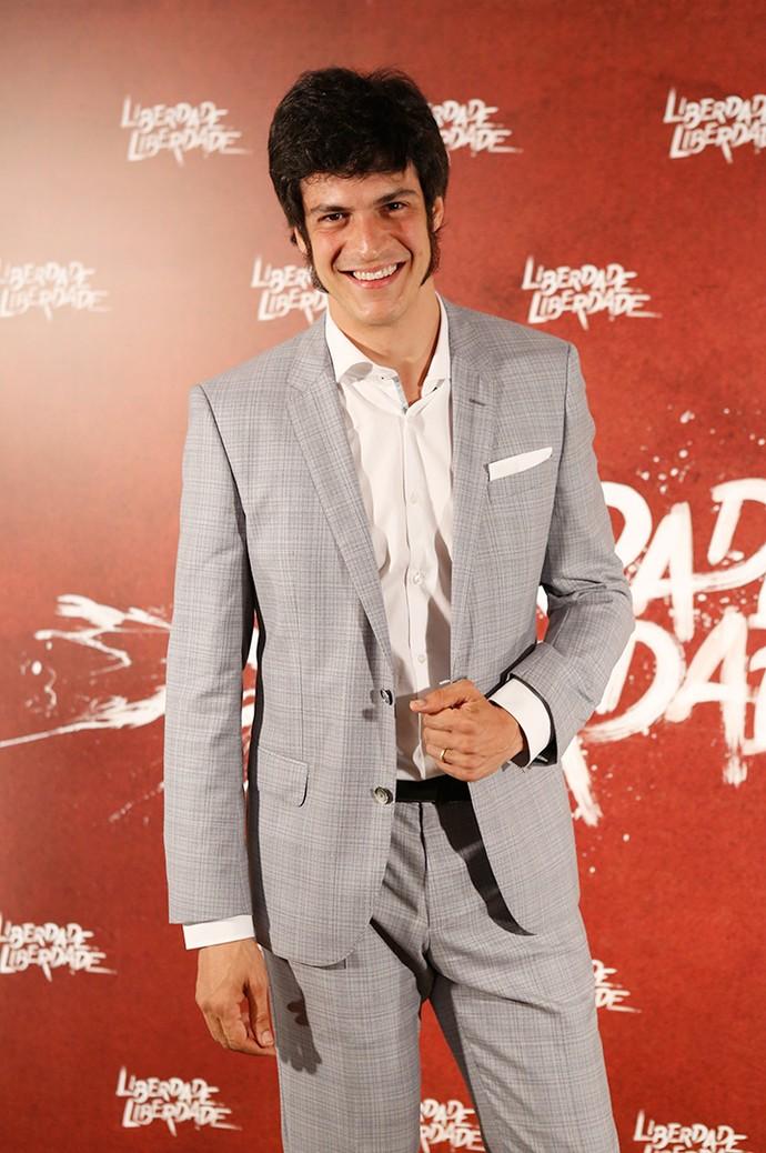 Mateus Solano elegante em paletó e calça social cinzas, arrematados por blusa branca (Foto: Fabiano Battaglin/Gshow)