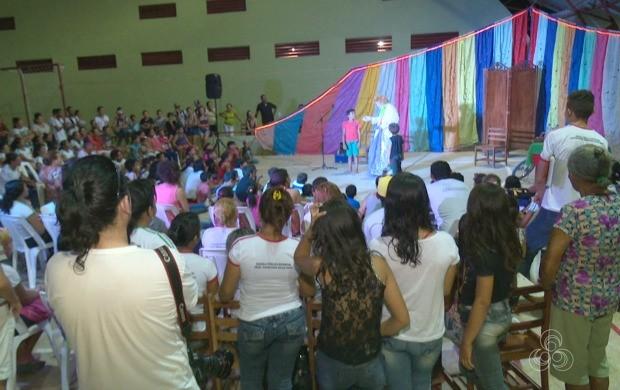 Dezenas de pessoas acompanharam a apresentação de Luis Carlos Vasconcelos durante espetáculo (Foto: Bom Dia Amazônia)