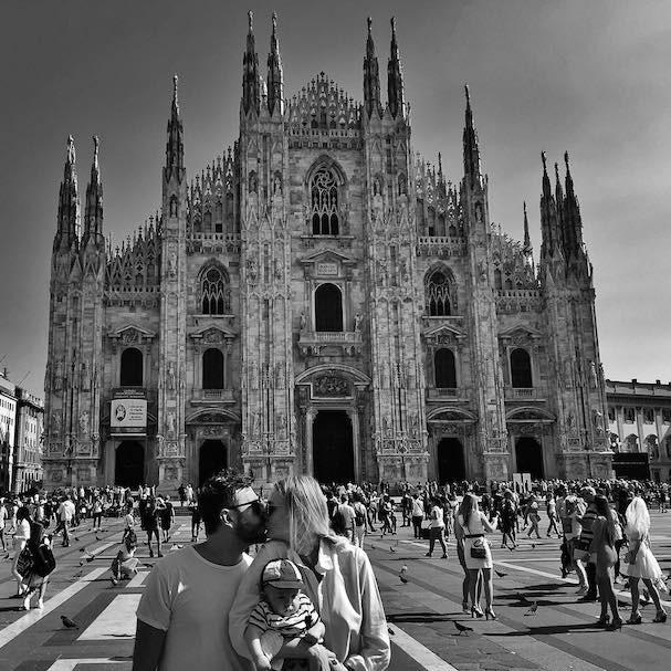 Carol Trentini passeia por Milão com marido e filhos (Foto: Reprodução/Instagram)