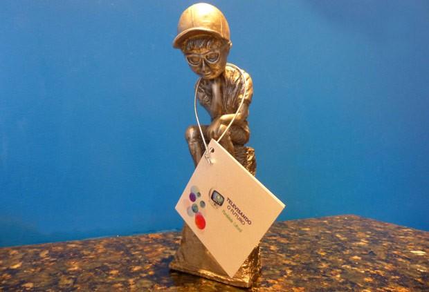 """Troféu faz do Léo, o mascote do Televisando, uma nova versão de """"O Pensador"""" (Foto: Divulgação/RPC TV)"""