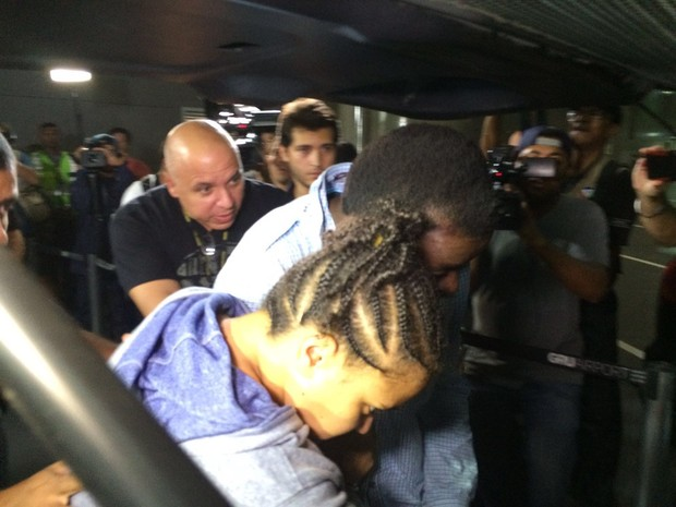 Ezra - pais desembarcam no Brasil (Foto: Glauco Araújo/G1)