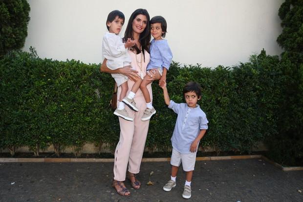 Isabella Fiorentino com os trigêmeos (Foto: Manuela Scarpa/Photo Rio News)