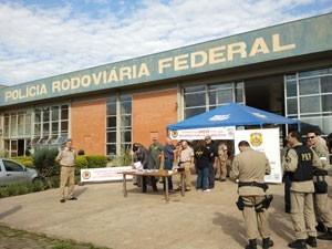 Em ato simbólico, agentes da PRF entregam distintivos (Foto: Halex Vieira / RBS TV)