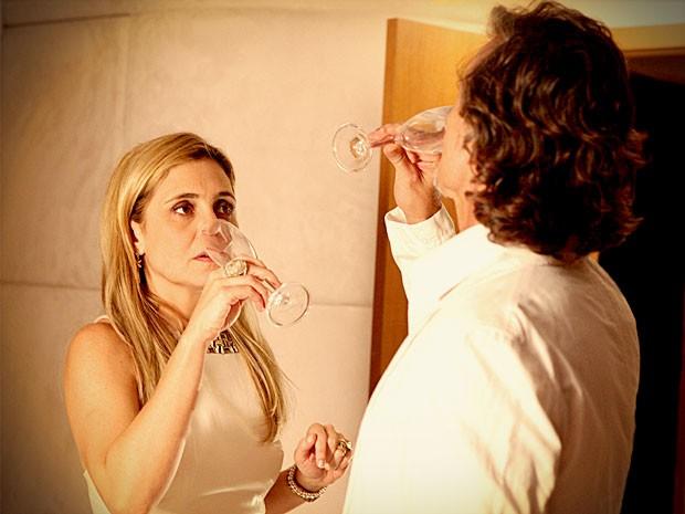 Carminha põe sonífero na bebida de Max (Foto: Avenida Brasil / TV Globo)
