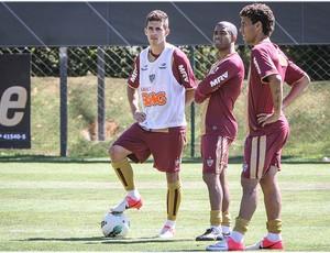 Marcos Rocha analisa Danilinho e Guilherme (Foto: Bruno Cantini / Site Oficial do Atlético-MG)