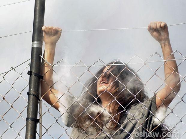 Aline levou um choque fatal ao tentar fugir da prisão (Foto: Reinaldo Marques/TV Globo)